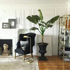 Love how this black outdoor urn is used as a centre piece indoors. Image from @designdaredevil. Thank you. #interiors #interiordesign #monochrome #designerhomes #interiordecor