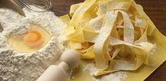 Für klassische Nudeln benötigen Sie nur Mehl, Eier, Salz und Öl, Dinge, die man doch eigentlich immer zu Hause hat.