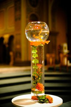 Here's a fun goldfish centerpiece, can do around the Mill. I really love this but with different fish to go with the color theme. Non Floral Centerpieces, Wedding Table Centerpieces, Floral Arrangements, Table Decorations, Bowl Centerpieces, Fish Bowl Centerpiece Wedding, Sea Decoration, Beach Decorations, Bridal Table