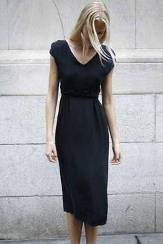 Şık ve sade, V yaka siyah bir elbise...