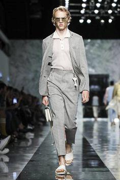 Fendi Menswear Spring Summer 2018 Collection in Milan Mens Fashion Casual Shoes, Fashion Menswear, Look Street Style, Live Fashion, Man Fashion, Fashion Ideas, Spring Summer 2018, Stylish Men, Runway Fashion