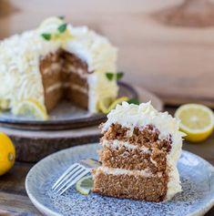 Läcker och enkel tårta med bottnar av morotskaka