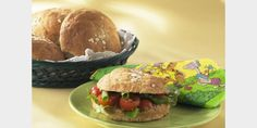 Valmista Kaurahiutalesämpylät tällä reseptillä. Helposti parasta! Salmon Burgers, Beef, Ethnic Recipes, Food, Salmon Patties, Meal, Essen, Hoods, Ox