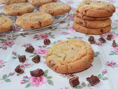 Ricetta per preparare i cookies americani. Come fare i golosi biscotti cookies con scaglie di cioccolato al latte. Semplici biscotti per colazione e merenda.