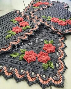 Ideas crochet christmas table runner squares for 2019 Doily Patterns, Afghan Crochet Patterns, Crochet Squares, Baby Knitting Patterns, Granny Squares, Crochet Placemats, Crochet Table Runner, Crochet Lace Scarf, Crochet Flowers