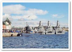 HMS Halland vid Skeppsbrokajen, Stockholm 2013. I bakgrunden: minröjningsfartyg HMS Ven, HMS Koster & HMS Kullen / 2015 firade det svenska ubåtsförsvaret 110 år. Svenska ubåtar är idag världskända framförallt Gotlands-klassen. Under en internationell övning i Medelhavet 2000 deltog ubåten HMS Halland som förblev oupptäckt. USA hyrde en av Gotlandsklassens ubåtar & övade ca 2 år på att söka HMS Gotland.