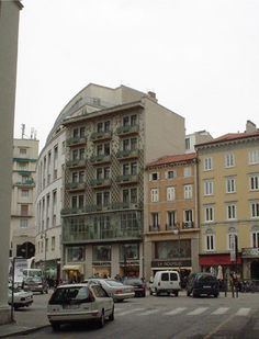 Nella casa bassa al centro con tre poggiolini, a fianco della palazzina dell'architetto Max Fabiani, è nato l'inventore dei coriandoli Trieste, Architecture, City, Building, Houses, Italy, Arquitetura, Buildings, Cities