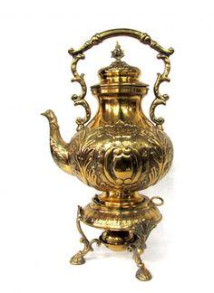 Belo samovar em metal dourado, com trabalhos em alto e ..
