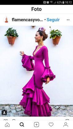 Centros de mesa con pinchos de fritas, precioso. #CentrosDeMesa Fashion Wear, Fashion Beauty, Fashion Outfits, Flamenco Costume, Flamenco Dresses, Spanish Dress, Fiesta Outfit, Shower Dresses, Themed Outfits