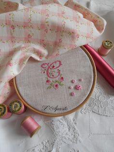 Monogramme brodé aux points de croix sur du lin 1 fil 1/1. Rose et ivoire. Monogramm Cross Stitch pink.