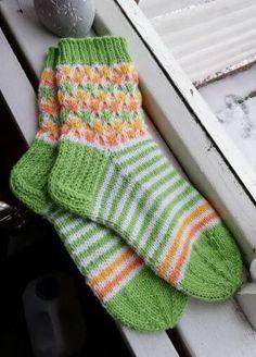 Vihreät pääsiäissukat Wool Socks, Knitting Socks, Mitten Gloves, Mittens, Knitting Projects, Handicraft, Diy And Crafts, Chic, Crochet