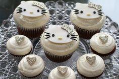 Cupcakes decorados con crema y motivo en pastillaje corazones y cara H.K.