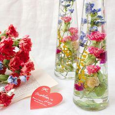 【早期ご予約割引】母の日のためのハーバリウム「優 〜ゆう〜」 Flowers In Jars, Dried Flowers, Flower Vases, Flower Bottle, How To Preserve Flowers, Ikebana, Greenery, Glass Vase, Flora