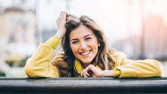 Beautiful smiling woman sitting on a bench enjoying the sunlight. Best Marriage Advice, Saving Your Marriage, Leiden, Advice Box, Fear Of Flying, Couple Questions, Just Relax, Health Fitness, Humor