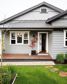 An Australian take on a charming Californian Bungalow by Sal and Darren Wood - like the Hampton style, these Bungalows feature classic weatherboards and beautiful shingle detailing 📷 / Styling: . Bungalow Interiors, Bungalow Renovation, Bungalow Homes, Weatherboard Exterior, Exterior Cladding, Style At Home, Bungalows, Exterior Paint Colors For House, Exterior House Paints