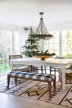 This holiday home tour brings my favourite way to decorate for the holidays to life - simple, warm and inviting. And layered in gorgeous detail.
