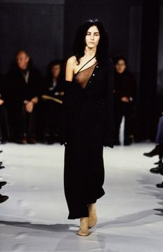 Ann Demeulemeester Spring 1997 Ready-to-Wear Fashion Show - Danielle Zinaich Grunge Fashion, 90s Fashion, Runway Fashion, High Fashion, Fashion Show, Vintage Fashion, Ladies Fashion, Timeless Fashion, Ann Demeulemeester