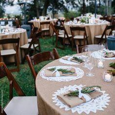 Essa decoração rústica (e elegante!) de casamento é a coisa mais linda! Só faltou mesmo o vinho para completar! #wine #wedding #casamento #decor #vinho