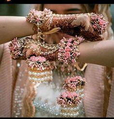 Indian Bridal Jewelry Sets, Bridal Bangles, Indian Bridal Outfits, Wedding Jewelry, Bridal Jewellery, Wedding Accessories, Mehndi Designs, Jewellery Designs, Flower Jewellery For Mehndi