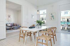 moderne, landelijke eetkamer met parket en wishbone chairs
