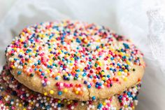 Mexican cookies with sprinkles (Galletas) Ingredients: cups of butter 1 cup of superfine sugar cups of all-purpose flour ¾ cup almond flour ½ teaspoon vanilla extract Rainbow sprinkles (nonpareils) Yellow food coloring (optional) Mexican Bakery, Mexican Pastries, Mexican Sweet Breads, Mexican Bread, Mexican Cookies, Mexican Dessert Recipes, Sprinkle Cookies, Pan Dulce, Dessert Bars