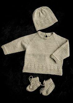 Babysæt med Rillestrikmønster. 3-24 months. Free pattern in Scandinavian.