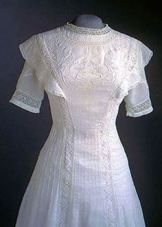 What a gorgeous princess line dress! Dress (detail): linen with lace insets and embroidered floral design on front, crochet lace, crocheted buttons. 1900s Fashion, Edwardian Fashion, Vintage Fashion, Vintage Dress Patterns, Vintage Dresses, Vintage Outfits, Antique Clothing, Historical Clothing, Ballet Russe
