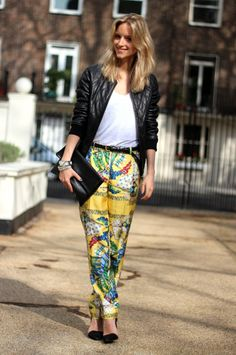 A silk scarf-printed blouse or pants is definitely one of the key pieces this spring/summer, and lucky for us, there are many available at the Street Chic, Street Style, Printed Pants, Patterned Pants, Silk Pants, How To Wear Scarves, Pants Pattern, Passion For Fashion, Your Style