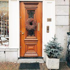 Поиграем?!  Не знаю, как вы, а я кайфую от таких дверей! Рождественский венок добавляет какое-то особое настроение! Правда?!  Предлагаю поиграть в ассоциации. Пишем слово (или словосочетание) в комментарии, а  следующий человек ассоциацию к нему!  Я начинаю: один дома! 🎅🏼