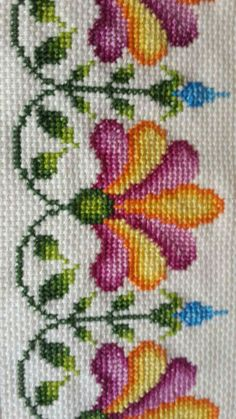 This Pin was discovered by fat Cross Stitch Pillow, Cross Stitch Borders, Cross Stitch Rose, Cross Stitch Flowers, Cross Stitch Designs, Cross Stitching, Cross Stitch Embroidery, Embroidery Patterns, Hand Embroidery