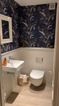 wc ideas downstairs loo with window & wc ideas downstairs loo ; wc ideas downstairs loo with window Small Wc Ideas Downstairs Loo, Cloakroom Toilet Downstairs Loo, Small Bathroom Paint, Small Toilet Room, Guest Toilet, Bathroom Design Small, Cloakroom Wallpaper, Wallpaper Toilet, Navy Wallpaper