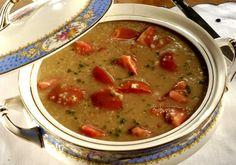 Para curtir o frio com estilo, experimente a sopa de aveia, que leva tomate e queijo suíço.