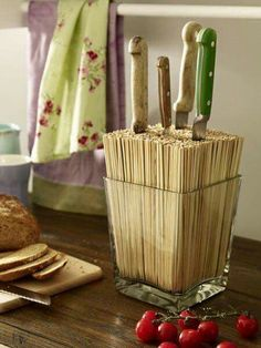Knife block DIY (for silver round IKEA metal cans) The post We lead a double life: Make great decoration yourself appeared first on Best Pins for Yours. Diy Kitchen, Kitchen Decor, Kitchen Gadgets, Kitchen Knives, Cheap Kitchen, Kitchen Storage, Home Projects, Projects To Try, Cocina Diy