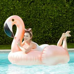 Chill out and soak up the sun! This luxe, Sunnylife® float offers premium durability and style as you relax pool or beachside. Plus, recessed seating and convenient handles upgrade the comfort factor.