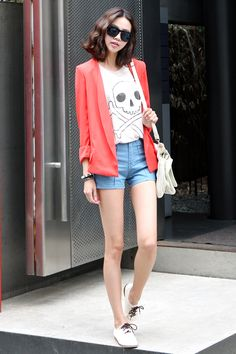 Pair high-waist casual shorts, oxfords, a tee, and a casual blazer for a trendy summer look! [ww.itsmestyle.com]