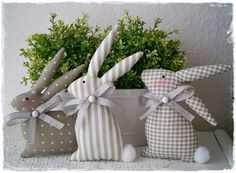 Risultati immagini per ostern patchwork free tutorial Bunny Crafts, Easter Crafts, Sewing Projects, Craft Projects, Diy Ostern, Fabric Animals, Easter Wreaths, Spring Crafts, Easter Baskets