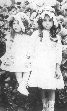 Hélène de Beauvoir, 3 ans, et Simone de Beauvoir, 5 ans. Soeurs.