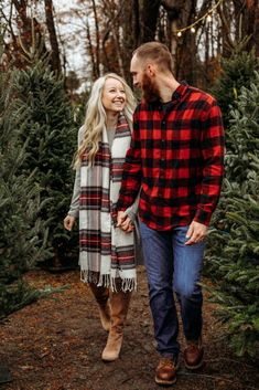 Christmas Pictures Family Outdoor, Christmas Pictures Outfits, Winter Family Photos, Christmas Couple, Christmas Photoshoot Ideas, Christmas Card Photo Ideas With Dog, Family Pictures, Holiday Photos, Family Christmas Photos