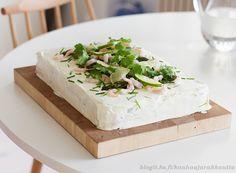 Parsalla ja skagenröralla täytetty voileipäkakku