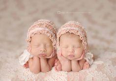 30 Beautiful Photos of Newborn Twins - Stylish Eve Twin Baby Photos, Twin Pictures, Cute Baby Pictures, Newborn Pictures, Foto Newborn, Newborn Twins, Newborn Session, Triplets, Newborns