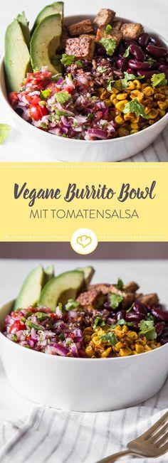 In diese vegane Burrito Bowl kommen Reis, Bohnen, Mais, Avocado, Tofu und eine frische Tomaten-Limetten-Salsa. Tierische Produkte bleiben draußen!
