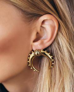 1,319 vind-ik-leuks, 19 reacties - Luv Aj (@luvaj) op Instagram: 'Oh hello perfect earrings ✨The Crescent Hoops in Gold | available online'