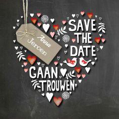 Save The Date op schoolbord met hand lettering tekst en labeltje in craft print en versierd met hartjes en duifjes.  Maak je eerste kaart gratis op www.kaartje2go.nl  #savethedate #krijtbord #duifjes #trouwen #trouwkaart #kaart