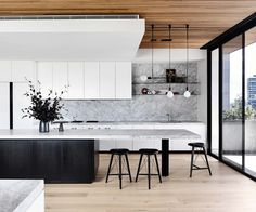 Ein anspruchsvolles Entertainer-Penthouse in Brighton This Brighton penthouse was a four-year project by Vanda and Tom Robertson Architects that began with the purchase of an old office building. Here's how a dedicated team of architects and designers cre Farmhouse Style Kitchen, Modern Farmhouse Kitchens, Home Decor Kitchen, New Kitchen, Home Kitchens, Kitchen Ideas, Awesome Kitchen, Farmhouse Sinks, Kitchen Themes