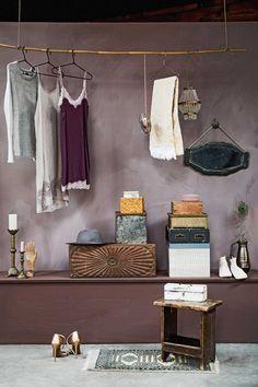 Hangende kapstok voor avondjurkjes | Hanging coat rack for night dresses | Styling Liza Wassenaar & Leonie Mooren | Photographer Ernie Enkelaar