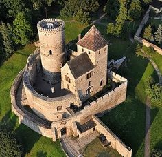 Będzin Castle, Zamkowa, Bedzin, Poland....   http://www.castlesandmanorhouses.com/photos.htm  ....   Będzin Castle is a stone castle. It dates to the 14th century, and succeeded a wooden fortification erected in the 11th century. It was an important fortification in the Kingdom of Poland and later, the Polish-Lithuanian Commonwealth.