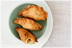 Malaysian Curry Puffs encased in crisp, flaky pastry Malaysian Curry, Malaysian Food, Flaky Pastry, Man Food, Party Snacks, Food Processor Recipes, Delish, Crisp, Snack Recipes