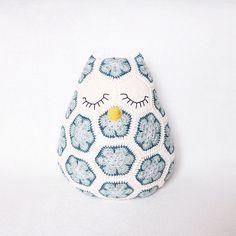 Et voilà, mein Eulenkissen  my cute little owl pillow  baykuş yastığımla tanıştırayım sizi ☺️ - Pattern  Maggie the African Flower Owl Pillow by JOs Crocheteria • yarn  Schachenmayr Catania • hook size  2,5mm -