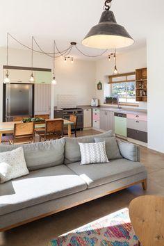 גוונים עדינים בסלון ובמטבח ( צילום: טל ניסים )
