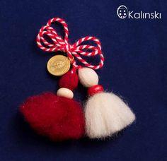 ръчно-изработена-мартеница-пискюл-от-вълна-с-дървено-мънисто-web Baba Marta, Yarn Dolls, Crochet Ornaments, Christmas Wreaths, Christmas Ornaments, Paracord Bracelets, Craft Activities For Kids, 4th Of July Wreath, Diy And Crafts